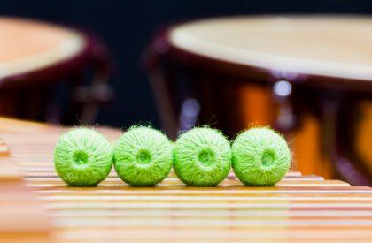 Schlagzeug trifft Trompete und Klavier